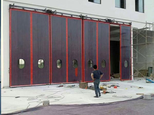 红色工业折叠门