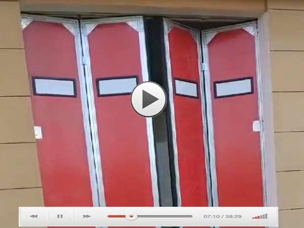红色电动折叠工业门视频演示